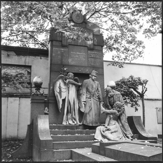 Gravestone, Vinohrady Cemetary, Prague, 1999. Roleiflex Tessar ƒ3.5. Cick on image to enlarge.